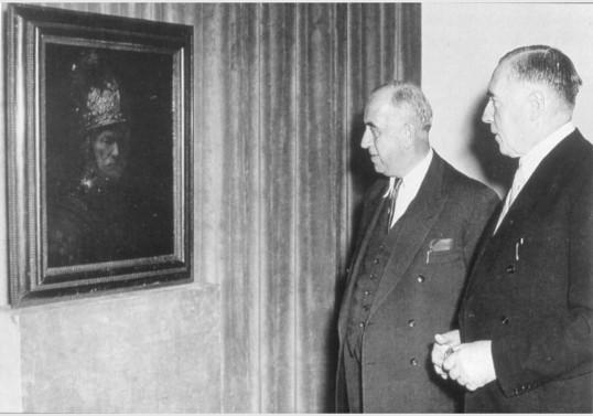 Ernst Reuter vor dem Mann mit dem Goldhelm 1953