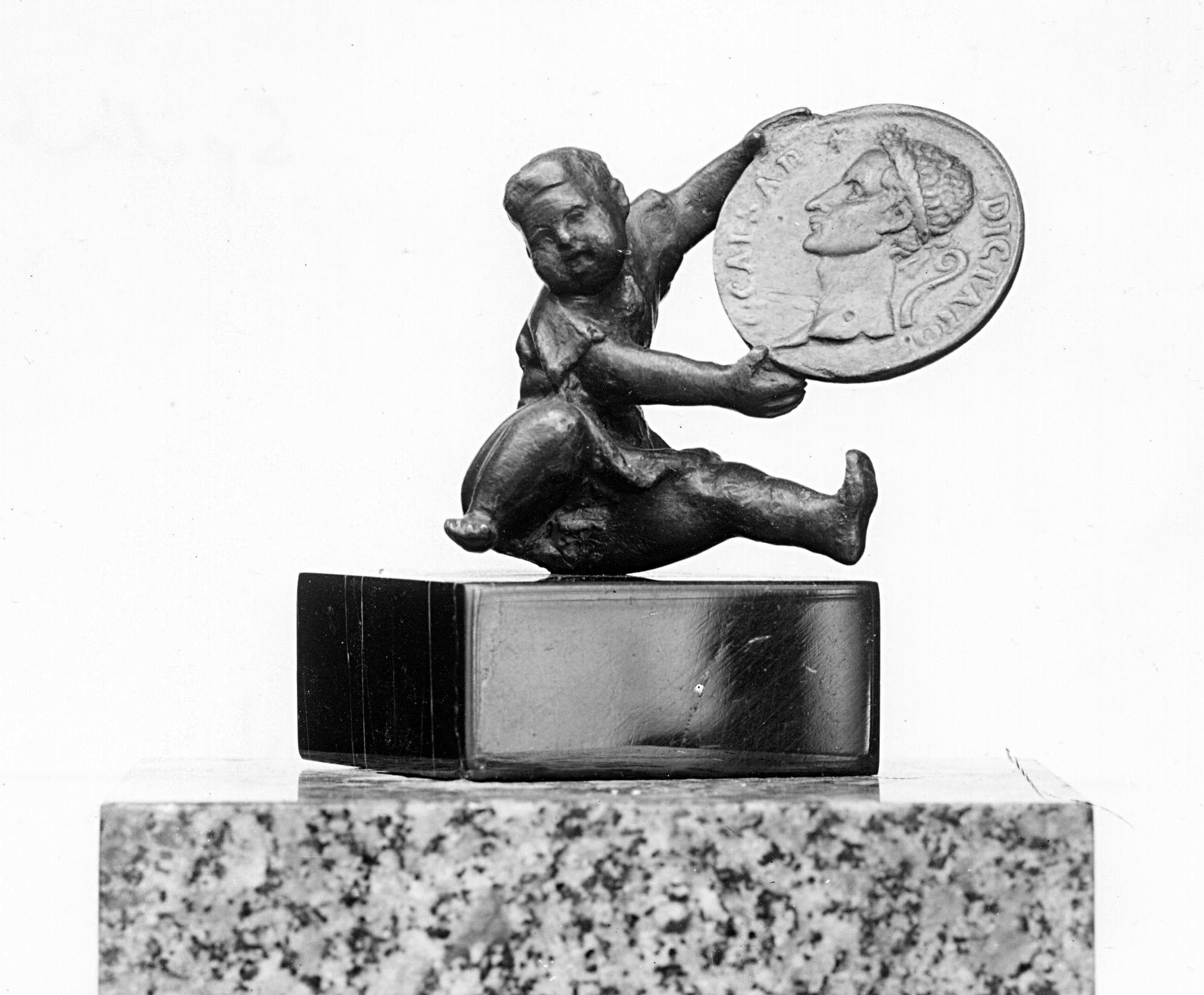 Sitzender Knabe mit Münze